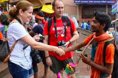 turistas con indios